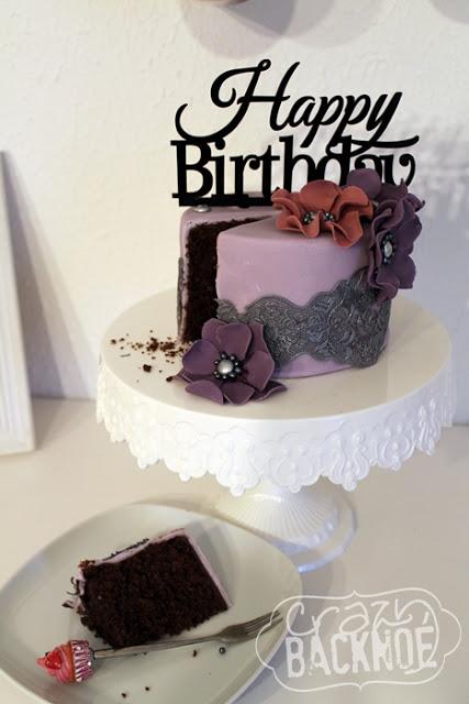Schokoladen-Nuss-Kuchen hübsch verpackt