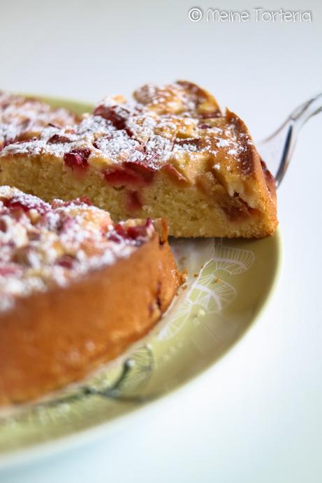 Rhabarberkuchen mit Erdbeeren und Joghurt