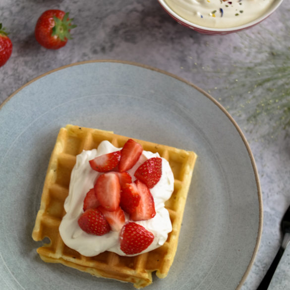 Buttermilchwaffeln mit Mascarponecreme und Erdbeeren