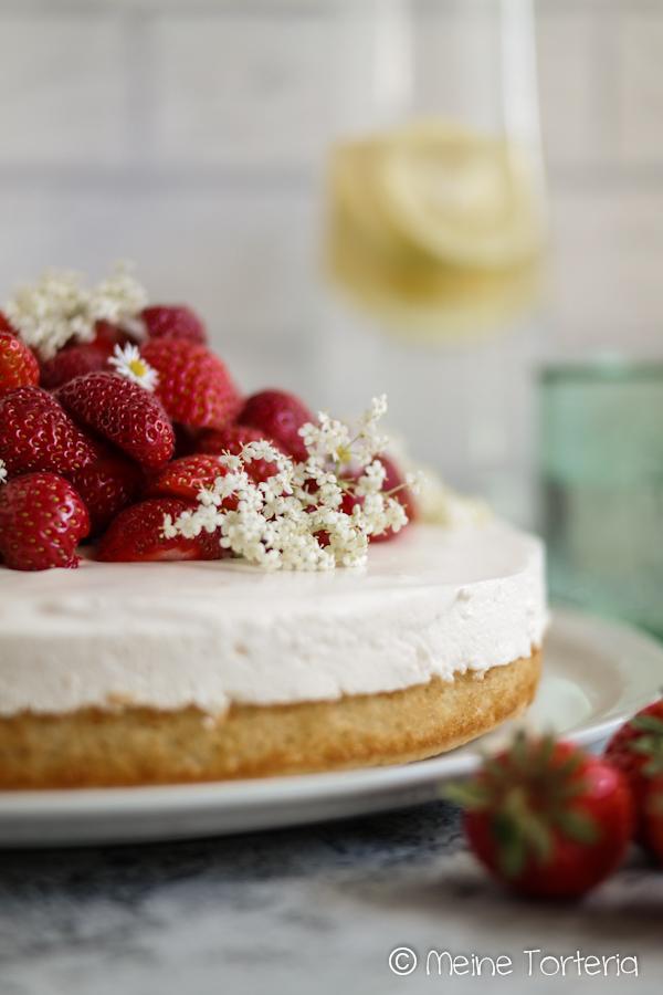 Holundercheesecake mit Erdbeeren