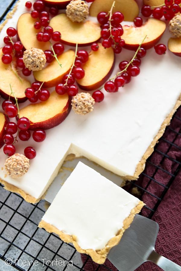 Cheesecake Tarte mit Nektarinen und Johannisbeeren